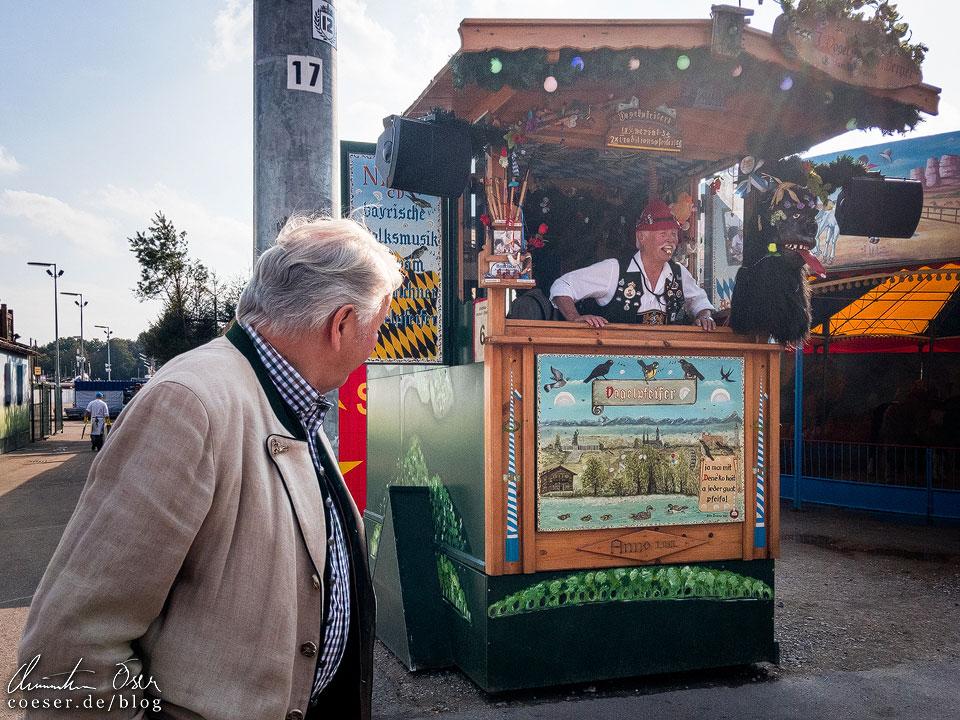 Münchner Vogelpfeifer während des Münchner Oktoberfest