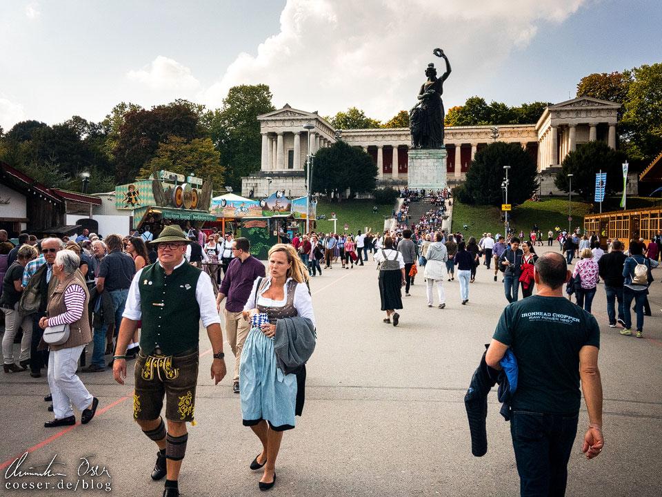 Ruhmeshalle und Bavaria auf der Theresienwiese während des Münchner Oktoberfest