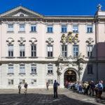 Warteschlange vor der ehemaligen Böhmischen Hofkanzlei in Wien