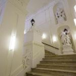 Klassische barocke Prunkstiege in der ehemaligen Böhmischen Hofkanzlei in Wien