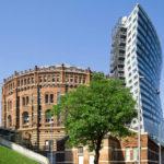 """Außenansicht von Gasometer B und dem """"Schild""""-Anbau in Wien"""
