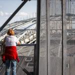Eine Frau genießt den Ausblick auf die Dächer der Gasometer in Wien