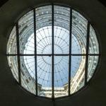 Blick nach oben durch die Glaskuppel des Gasometer B in Wien