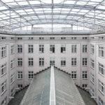 Schalter im Großen Innenhof mit Blick auf das Dach des Kassensaals in der Österreichischen Postsparkasse in Wien