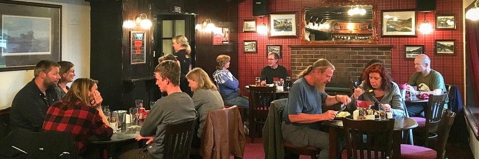 Innenansicht des The Clachan Pub in Dornie