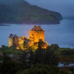 Das beleuchtete Eilean Donan Castle während der blauen Stunde