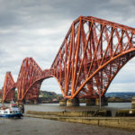 Ausflugsschiff Maid of the Forth an der Forth Bridge