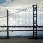 Blick auf die Forth Road Bridge und dahinter die Schrägseilbrücke Queensferry Crossing