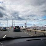 Fahrt mit dem Auto über die Forth Road Bridge, rechts daneben Forth Bridge