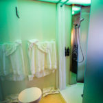 Bad und WC im Doppelzimmer im citizenM Glasgow Hotel