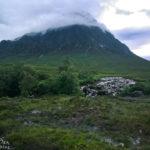 Die extrem sumpfige Wiese vor den Miniwasserfällen mit dem Bergmassiv Buachaille Etive Mòr im Hintergrund
