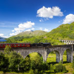 Der Jacobite Steam Train überquert das Glenfinnan-Viadukt
