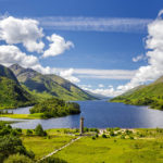 Blick auf Loch Shiel und das Glenfinnan Monument in Schottland