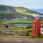 Eine einsame Telefonzelle mitten in der Landschaft der schottischen Highlands