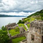 Die Überreste des Urquhart Castle, dahinter Loch Ness