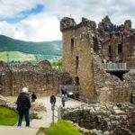 Besucher vor den Überresten des Urquhart Castle