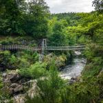 Hängebrücke an den Rogie Falls