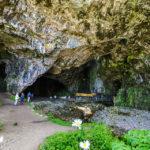 Das riesige, natürliche Felsportal der Smoo Cave