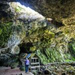 Eine kleine Holzbrücke führt in das Innere der Smoo Cave