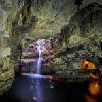 Der Wasserfall in der Smoo Cave