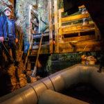Per Schlauchboot geht es mit einem erfahrenen Höhlenforscher in das Innere der Smoo Cave