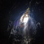 Die Öffnung in der Smoo Cave, durch die das Wasser des oben gelegenen Bachs stürzt