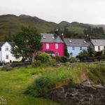 Häuser in der kleinen schottischen Ortschaft Dornie