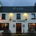 Außenansicht des The Clachan Pubs in Dornie