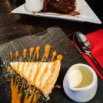 Schokokuchen und Zitronentarte im The Clachan Pub in Dornie