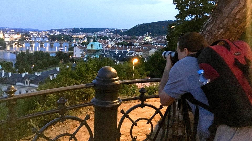 Fotograf Christian Öser erstellt eine Aufnahme in Prag