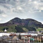 Arthur's Seat vom Edinburgh Castle aus gesehen