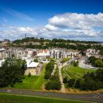 Ausblick von Arthur's Seat auf das schottische Parlament und den Calton Hill