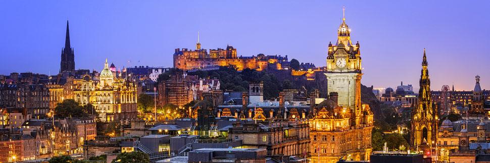 Blick vom Calton Hill auf das Edinburgh Castle bei Nacht