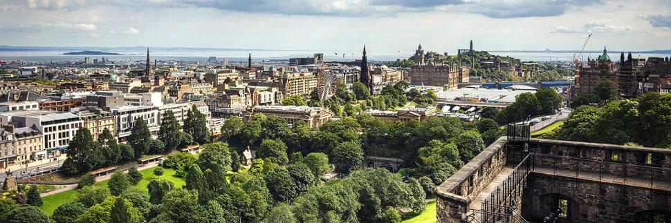 Blick vom Edinburgh Castle auf die Altstadt und Neustadt