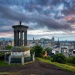 Blick vom Calton Hill auf Edinburgh während des Sonnenuntergangs