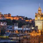 Blick vom Calton Hill auf das prachtvoll beleuchtete Edinburgh Castle und Balmoral Hotel