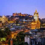 Blick vom Calton Hill auf das prachtvoll beleuchtete Edinburgh