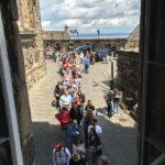 Warteschlange vor dem Eingang zu den Kronjuwelen im Edinburgh Castle