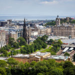 Aussicht vom Edinburgh Castle auf die Princes Street Gardens, die National Galleries of Scotland, das Festival Wheel, das Scott Monument und das Balmoral Hotel