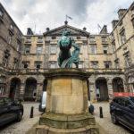 Edinburgh City Chambers mit dem Denkmal, das Alexander den Großen bei der Zähmung seines Streitrosses Bukephalos zeigt