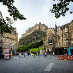 Der mittelalterliche Marktplatz Grassmarket mit dem Edinburgh Castle