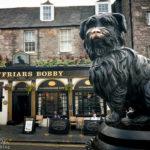 Das Pub Greyfriars Bobby's Bar und die Statue Greyfriars Bobby Memorial Statue
