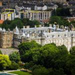 Der Holyrood Palace von Arthur's Seat aus gesehen