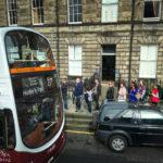 Brav warten die Fahrgäste in einer Schlange darauf, in den Lothian Bus einsteigen zu können