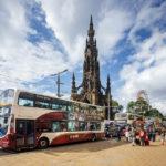 Ein Lothian Bus auf der Princes Street vor dem Scott Monument
