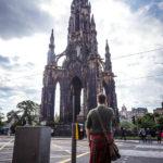 Ein Schotte mit Kilt vor dem Scott Monument