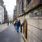 Ein Schild zeigt die Royal Mile an