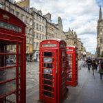 Klassische rote Telefonzellen auf der Royal Mile