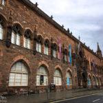 Der gotische Sandsteinbau der Scottish National Portrait Gallery