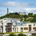 Blick von Arthur's Seat auf das schottische Parlament und dahinter den Calton Hill